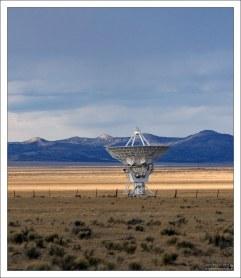 Гигантская антенна в чистом поле.