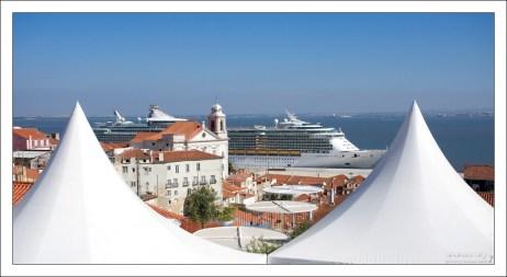Круизное судно в порту, и белые навесы кафе на смотровой площадке Portas do Sol.