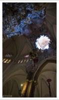 Отверстие в потолке Толедского собора, через которое в зал падает свет.
