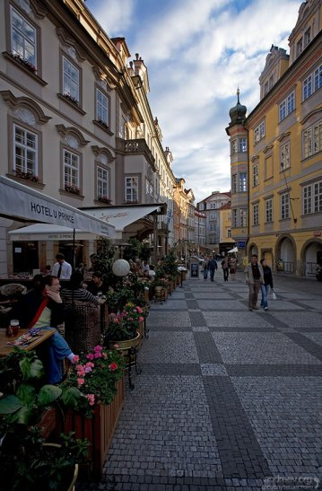 Улочка с кафешками, ведущая к Староместской площади.