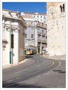 Трамвай огибает Кафедральный собор Лиссабона (Sé de Lisboa).