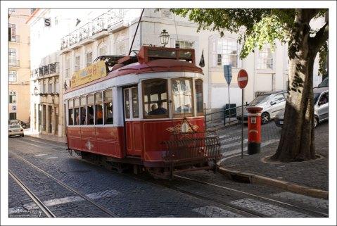 Старинный трамвайный вагон с современной начинкой.