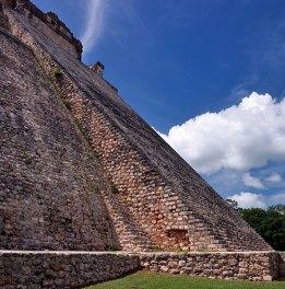 Расположенные под очень крутым углом ступени на Пирамиде Волшебника. Ушмаль.