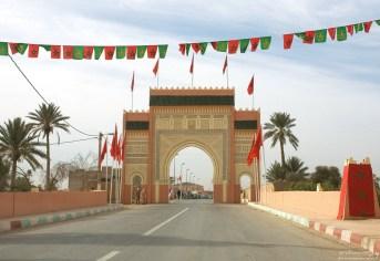 Ворота на въезде в Erfoud в традиционных мусульманских цветах.