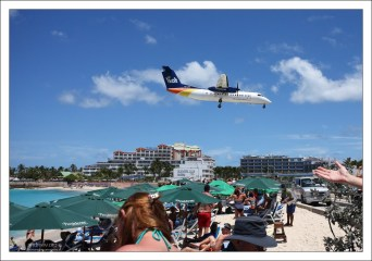 Самолёты пролетают в 10—20 метрах над головами отдыхающих. Пляж Махо.