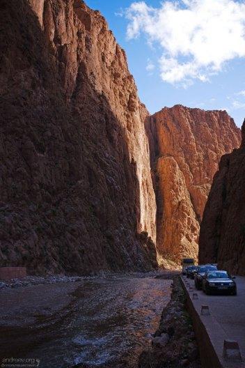 Автомобильная парковка в глубине каньона Todra.