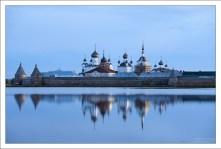 Классический вид на Соловецкий монастырь со стороны Святого озера.