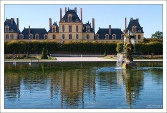 Издалека дворец больше всего напоминает ряд затейливых хрустальных фужеров разной высоты и формы.