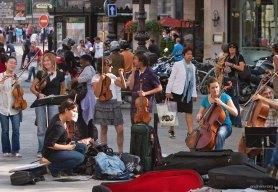 Уличный оркестр на одном из бульваров.
