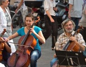 Музыканты из уличного оркестра.