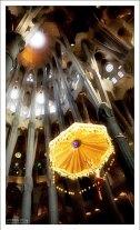 Христос, спускающийся с небес на парашюте. Sagrada Familia.