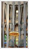 Свод храма держится на железобетонных колоннах, облицованных базальтом, песчаником или гранитом.