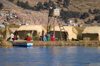 Одной из главных достопримечательностей Титикаки являются плавучие острова (Uros flotantes), созданные местными жителями.