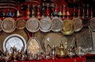 Одни из самых популярных сувениров страны - вычурные чайники и блюда из нержавейки и серебра.