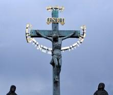 Центральная скульптура распятого Христа на Карловом мосту. В надписи на иврите есть тетраграмматон.