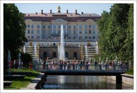 Большой Петергофский дворец и мостик через Морской канал.