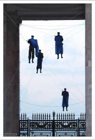 Триумфальные ворота главного входа в парк Горького с инсталляцией ВДВ-шников.