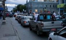 Пробка на главной улице, вызванная массовым разъездом футбольных болельщиков.