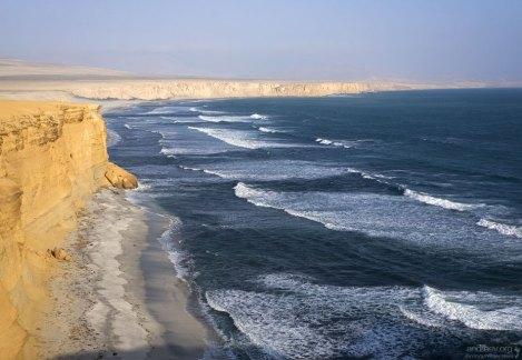 Вдоль побережья Перу протекает два течения: холодное поверхностное Гумбольдта из Антарктики, и теплое Эль Ниньо.