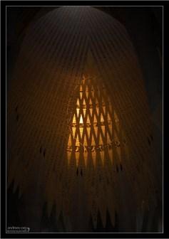 Деликатная подсветка внутри собора. Саграда Фамилия.