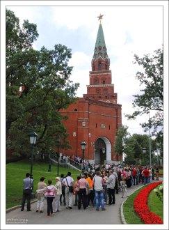 Очередь в Алмазный фонд Кремля через Боровицкие ворота.