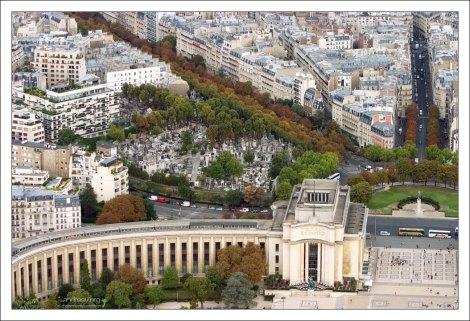 Левое крыло дворца Шайо и кладбище Пасси сразу за ним.