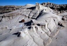 Серо-белые изваяния из песчанника, чем-то напомнившие руины греческих храмов.