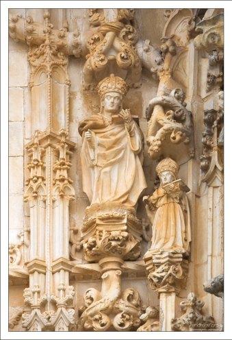 Скульптуры священнослужителей на мануэлинском портале.