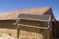 Солнечная батарея на одном из тростниковых домов.