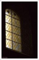 Витражи на окнах круглой церкви.