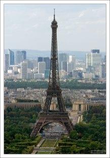 Эйфелевая башня с верхней террасы башни Монпарнас.