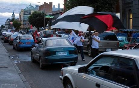 Футбольные фанаты, автомобильные и пешеходные.