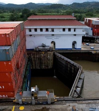 Специально построенная площадка над шлюзом Панамского канала. Miraflores Locks.