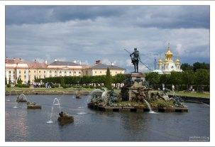 """""""Нептун"""" в Верхнем парке Петергофа."""