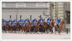Смена караула у королевского дворца, с участием кавалеристов.
