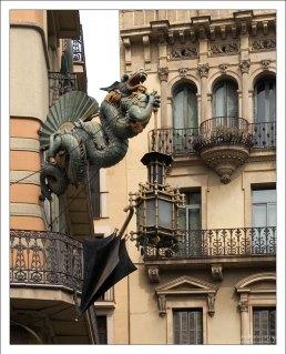 Китайский дракон, следящий за порядком на Рамбле.