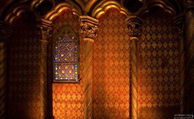 Интерьер Святой Капеллы в красно-золотых тонах.