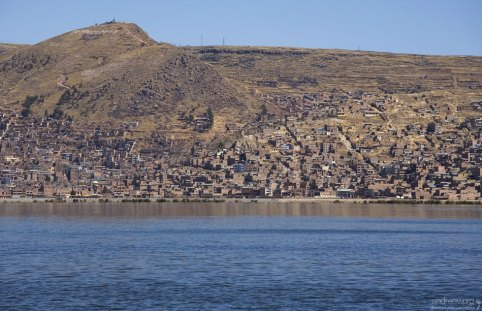 Город Пуно на западном берегу озера.