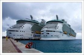 """""""Mariner of the Seas"""" рядом со своей сестрой """"Liberty of the Seas"""" в порту на мексиканском острове Косумель."""