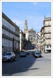 Дорога Rua dos Clerigos и одноименная церковь в её торце.