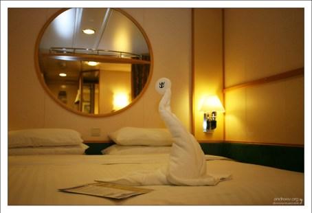 Сложенная из полотенца фигурка морского котика в каюте.