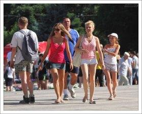 Народ приходит на празднование Дня Молодежи целыми семьями.