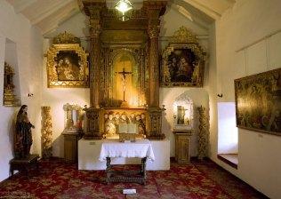 Алтарь и несколько икон в стиле «кусканской школы живописи». Museo Historico Regional.
