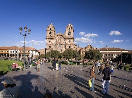 Главная площадь города - Plaza de Armas, и церковь Iglesia de la Compañia de Jesus (1571) на заднем плане.