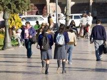 Закончились уроки, школьники расходятся по домам.