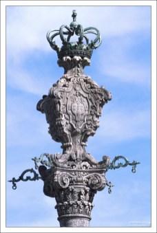 Вершина колонны Pelourinho do Porto перед собором Se do Porto.
