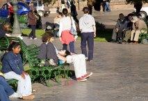 Разморенные летним солнышком туристы на Plaza de Armas.