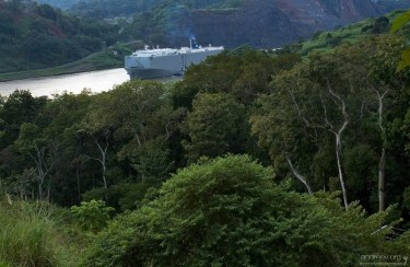 Большой танкер на подходе к шлюзам Панамского канала.