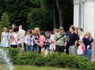 Народ собрался перед Самсоном. Нижний парк Петергофа.