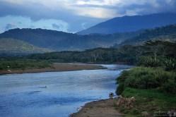 Река Tárcoles River огибает северную границу национального парка Карара.